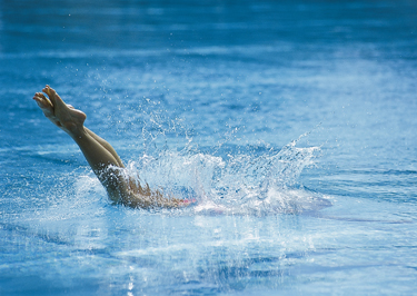 woman_diving_pool_legs